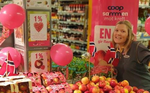 Monika Jonsson var en av fem ansatte ved Prix Hemnesberget som sist søndag deltok i Rosa Sløyfe-løpet for kreftsaken.