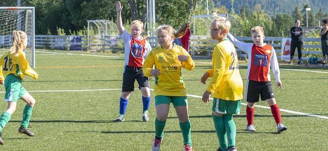 Barn fra Bjerka IL og Hemnes IL møttes til kamp på Hemnes stadion tidligere i høst.