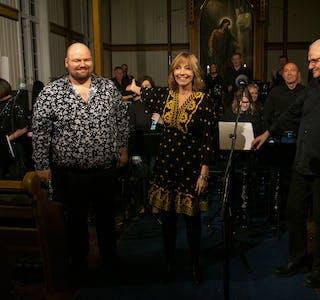 Hemnes Janitsjar, med dirigent og musikalsk leder Arvid Martinsen i spissen, Anita Skorgan og Øyvind Ottesen hyllet Jahn Teigen i «Mil etter mil på Helgeland».
