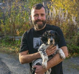 Øyvind Bergvik Johnsen og engelsksetteren Bruno håper at det kan være grunnlag for å starte hundeklubb på Hemnesberget.