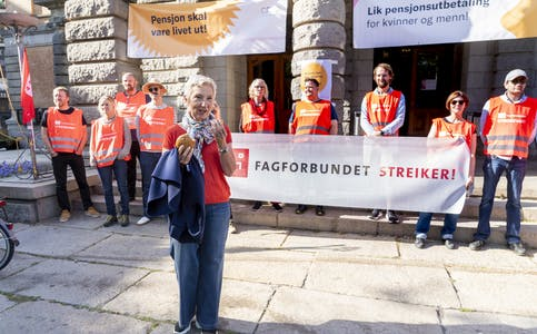 LO-leder Peggy Hessen Følsvik møtte streikevakter ved Nationaltheatret i Oslo i september.